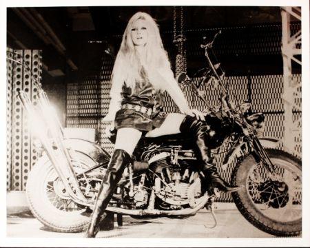 Sérigraphie Young - Brigitte Bardot sur sa Harley Davidson