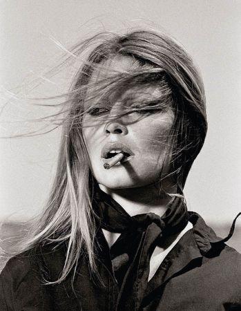 Multiple O'neil - Brigitte Bardot with cigar on the set Les Petroleuses