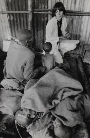 Photographie Salgado - Ethiopian famine Dr. Maniela Bartole