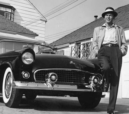 Photographie Worth - Frank Sinatra next to his T-Bird