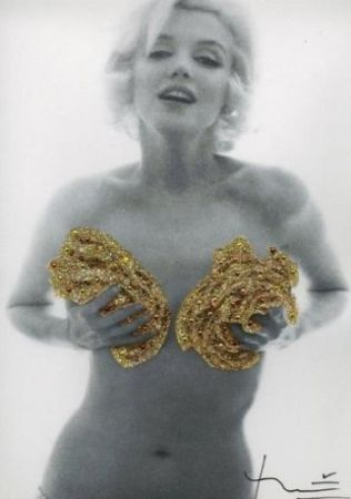 Photographie Stern - Marilyn. Classic Gold Roses (1962)