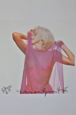 Photographie Stern - Marilyn: Pink Scarf