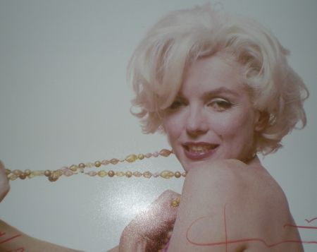 Photographie Stern -  Marilyn pulling beads (1962)