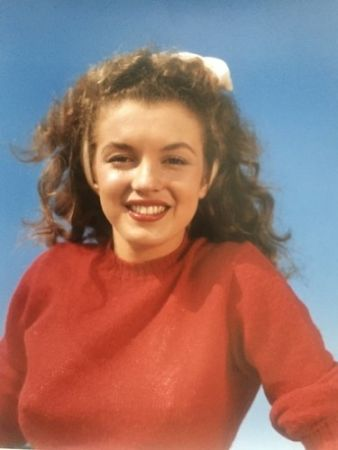 Photographie De Dienes  - Norma Jean in red (Marilyn Monroe 1945)