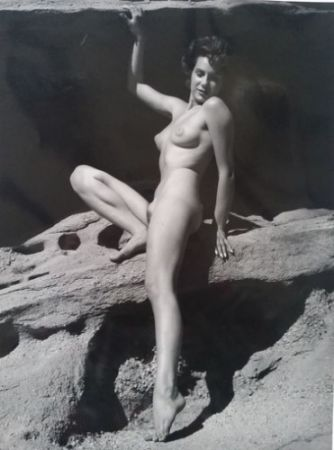 Photographie De Dienes  - Nu assise sur rocher