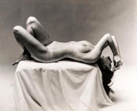 Photographie De Dienes  - Nude Laying on Pedestal