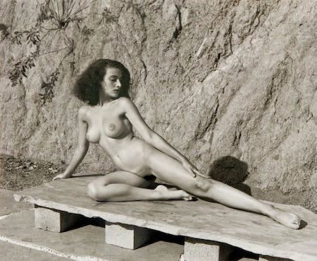 Photographie De Dienes  - Nude on Stone Bench