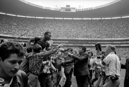 Photographie Leifer - Pele on Shoulders on Fans
