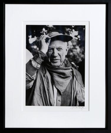 Photographie Clergue - Picasso a la Feria, revetu des habits de la Pena de Logrono - Nimes, 1959