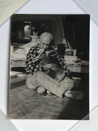 Photographie Quinn - Picasso embrassant sa chèvre à la Californie