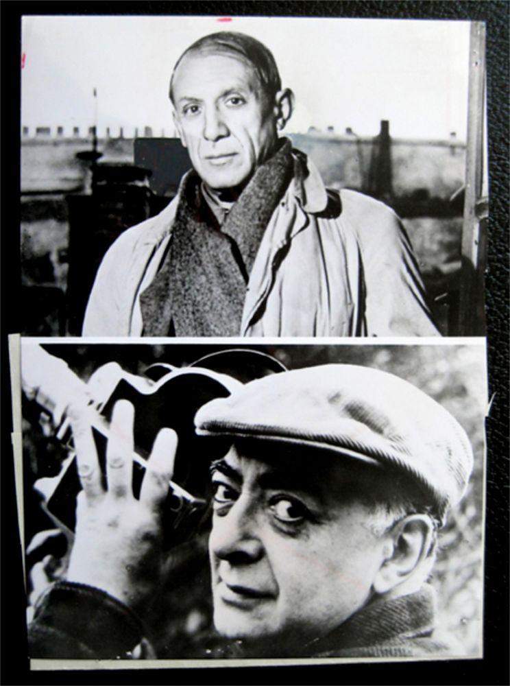 Photographie Picasso - Picasso facing / Brassai holding his camera