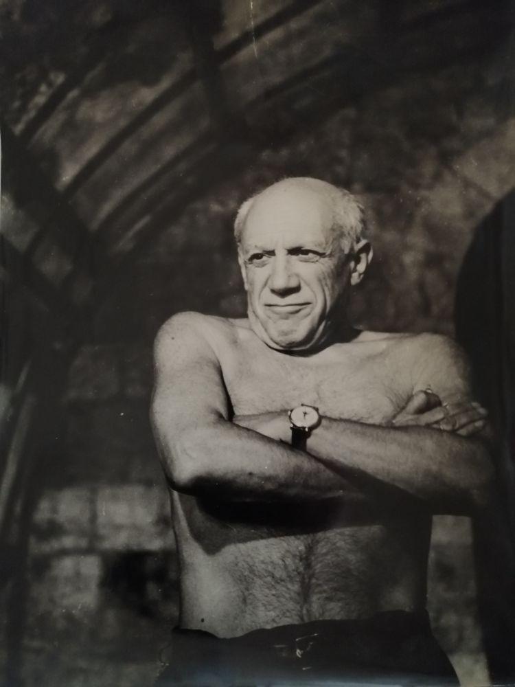 Photographie Picasso - Picasso les bras croisés