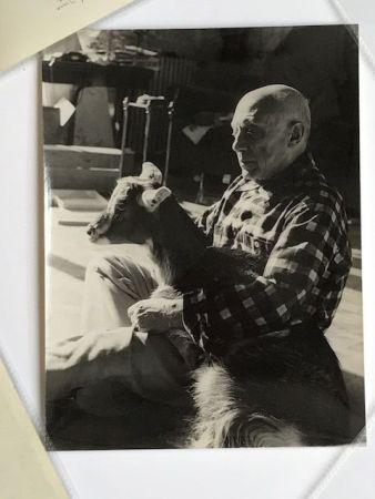 Photographie Quinn - Picasso sa chèvre dans les bras à la Californie