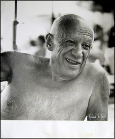 Photographie Picasso - Portrait of the artist smiling