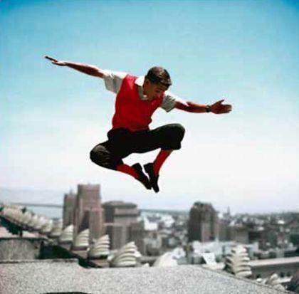 Photographie Worth - Sammy Davis Jr in mid-air