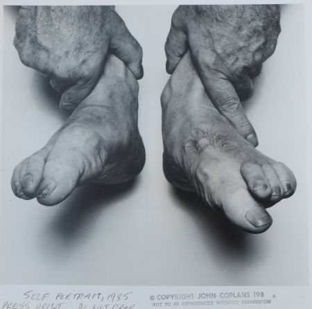Photographie Coplans - Selfportrait hands holding feet