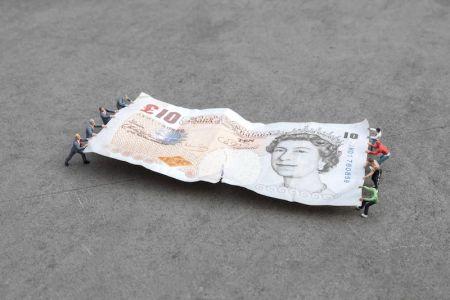 Photographie Slinkachu - Tug of War, Bank of England, London